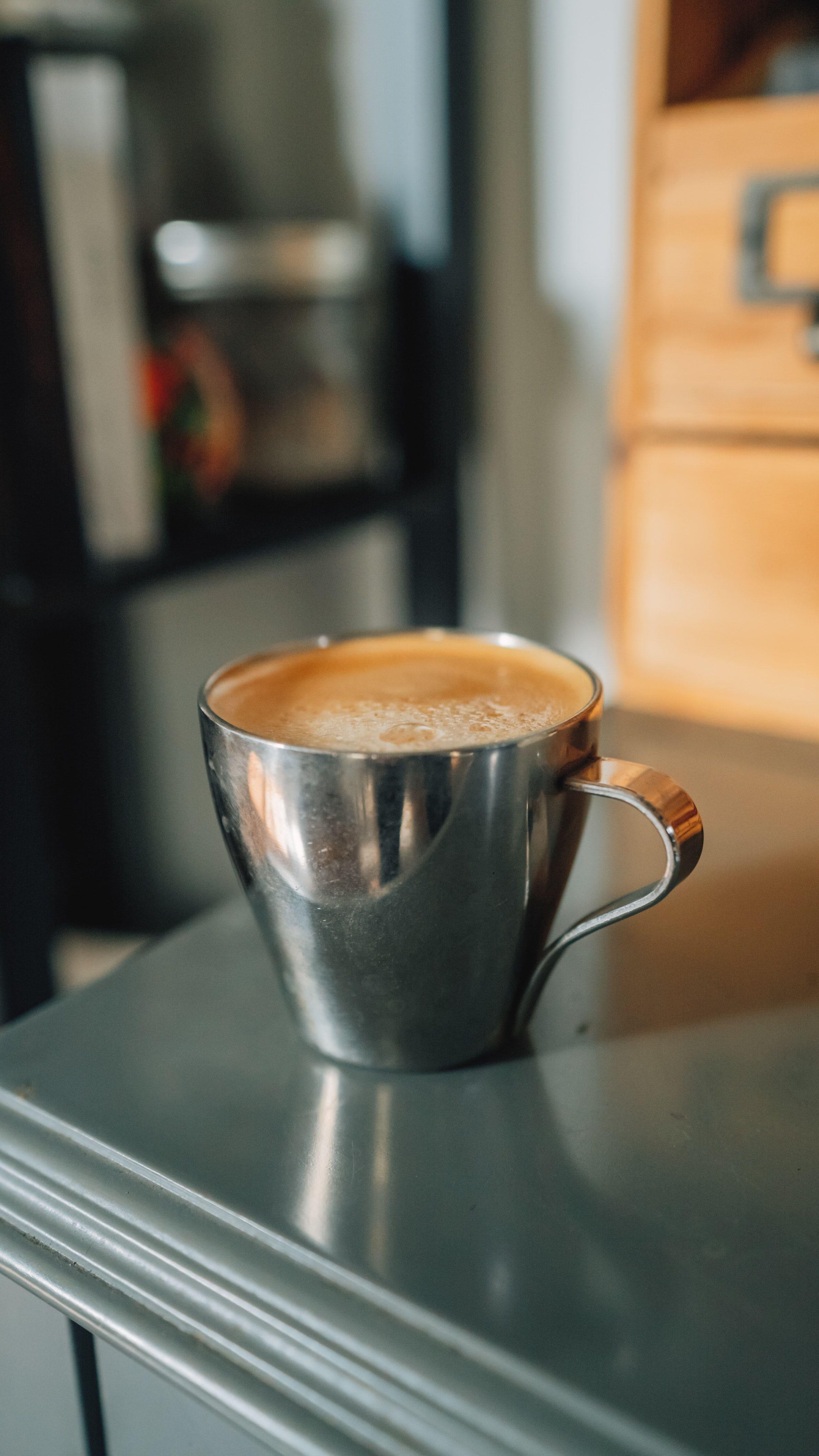 кафе в металлической чашке
